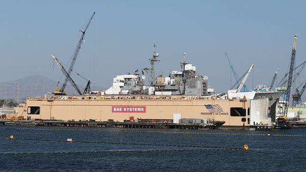 السفينة الحربية ليك إيري ترسو في ميناء سان دييجو في كاليفورنيا