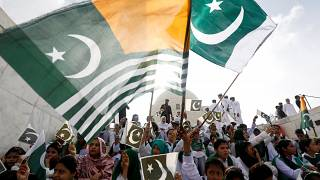 Pakistan'ın 73'üncü bağımsızlık günü kutlamalarına katılanlar, Keşmirlilerle dayanışma içinde olduklarını göstermek için Keşmir bayrağı da taşıdı