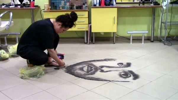 ویدئو؛ نقاشی با تهمانده موهای مشتریان در آرایشگاه