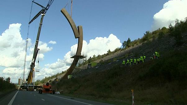 Installation of the world's largest sculpture