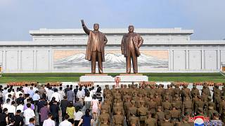 تمثالي الزعيمين الكوريين الشماليين الراحلين كيم إيل سونغ وكيم جونغ إيل في النصب التذكاري الكبير في بيونغ يانغ