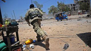 Mevzi almaya çalışan bir Somalili asker