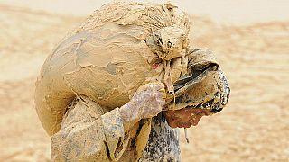 Ein Mann arbeitet in einer Seltenerdmine im Kreis Nancheng, Provinz Jiangxi, 2010