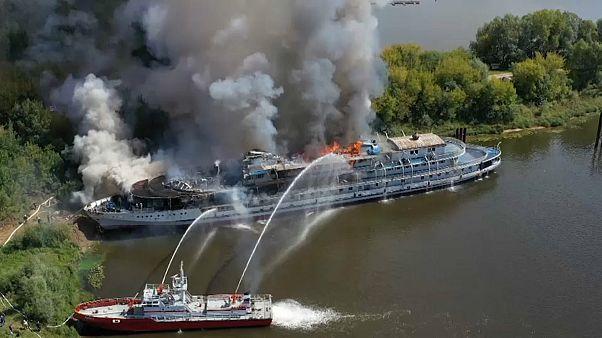 Wolga: Kreuzfahrtschiff geht in Flammen auf