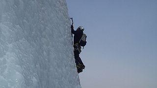 """وزير فرنسي سابق يطلق موجة سخرية بعد أن نشر صورة تسلق جبل بشكل """"مفبرك"""""""