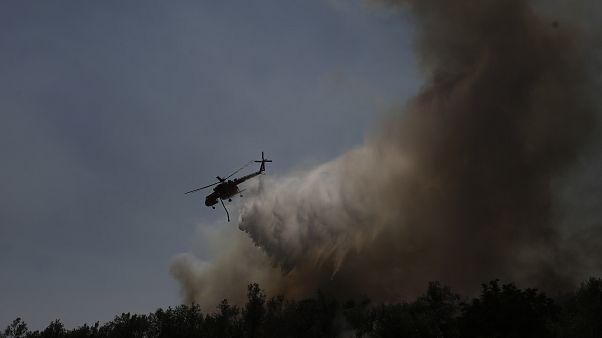 Ελικόπτερο επιχειρεί στην κατάσβεση της πυρκαγιά κοντά στο χωριό Μακρυμάλλη