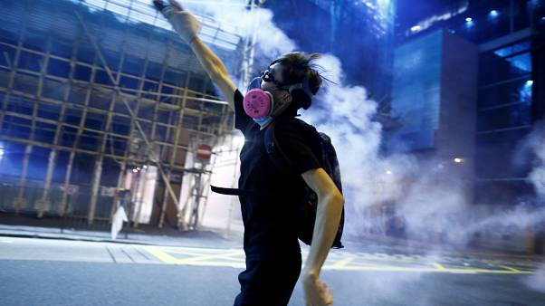 متظاهر في شارع من مدينة هونغ كونغ
