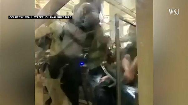 علق عنص الأمن في إحدى زوايا مبنى المطار وانهال المحتجون عليه بالضرب فأشهر مسدسه
