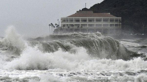 أمواج عالية على شاطئ مياساكي مع اقتراب العاصفة كروسا
