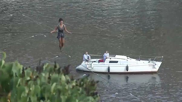 الرياضية الفرنسية عابرة النهر في براغ