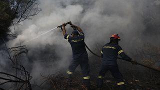 Πυροσβέστες επιχειρούν στην κατάσβεση της πυρκαγιά κοντά στο χωριό Μακρυμάλλη