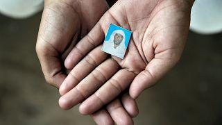 ابن بيهلو خان يحمل صورة والده