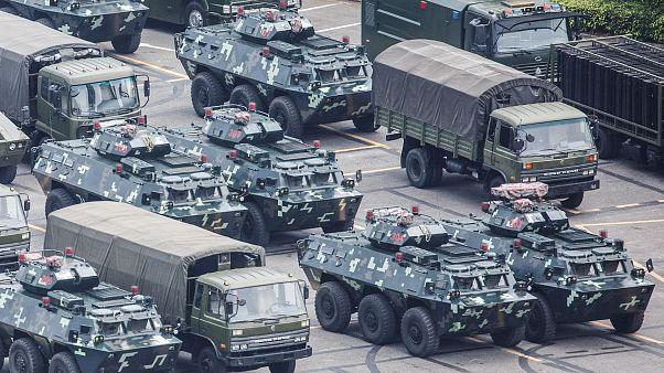 الصين تقول إنها لن تقف مكتوفة الأيدي إزاء أزمة هونغ كونغ وقوات تابعة لها تتجمع بالقرب من المنطقة