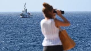 """La nave """"Open Arms"""" all'orizzonte di Lampedusa."""