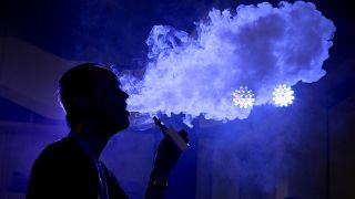 تدخين السيجارة الالكترونية بكين- أرشيف رويترز