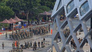 """Hong Kong : Pékin envoie des troupes à la frontière et """"ne restera pas les bras croisés"""""""