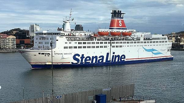 Egy komp kel útra a göteborgi kikötőben