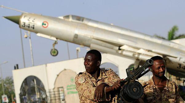 أفراد من الجيش السوداني أمام مقر وزارة الدفاع في الخرطوم