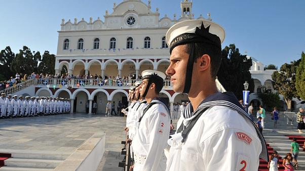 Αγήματα του Πολεμικού Ναυτικού αποδίδουν τιμές στην Παναγιά της Τήνου