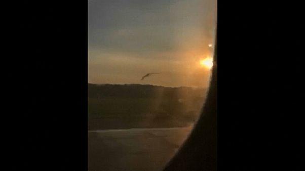 شاهد: لحظة اصطدام طيور النورس بمحركات طائرة روسية ما دفعها للهبوط الاضطراري في حقل ذرة