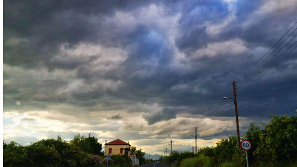 Έντονη συννεφιά με βροχή στη πόλη του Ναυπλίο (αρχείου)