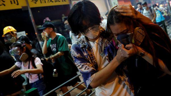 Suçluların iadesi yasasını protesto eden eylemciler, polisin sıktığı gazdan etkilendi