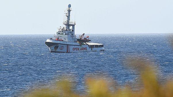 """سفينة الإنقاذ """"أوبن آرمز"""" قبالة جزيرة لامبيدوزا"""
