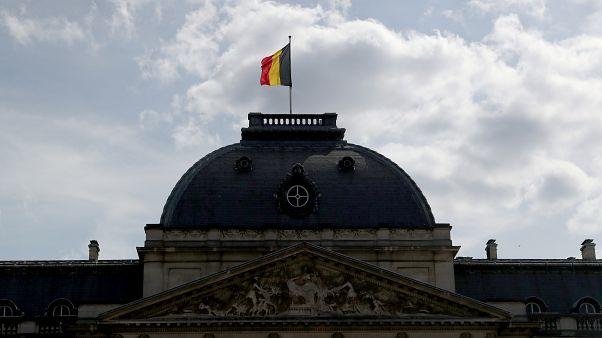 العلم البلجيكي مرفرفاً فوق قبة القصر الملكي في بروكسل