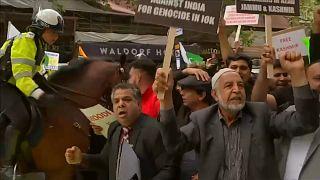 Londra'da Keşmir protestosu: Modi savaşma çay yap!