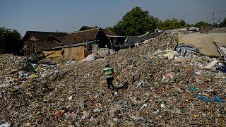 شاهد: سكان قرية أندونيسية يكسبون من فرز النفايات دخلا يزيد عما يجنونه من زراعة الأرز