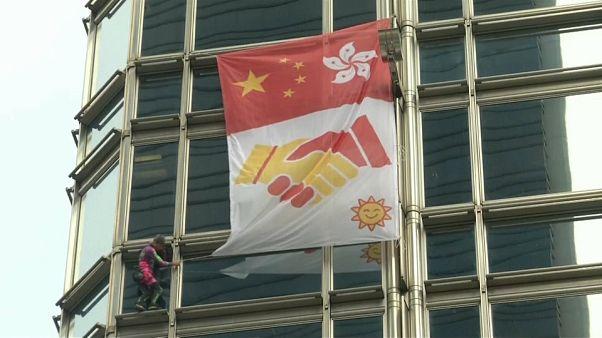 """Hong Kong : le spiderman français Alain Robert diffuse """"un message de paix"""" en haut d'un gratte-ciel"""