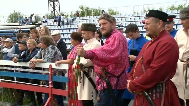 شاهد: القوزاق الروس يستعرضون مهاراتهم في استخدام السيوف الحادة