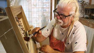 Video   Rölyef sanatçısı, 17 Ağustos'u tablosuna işleyerek deprem gerçeğine dikkat çekiyor