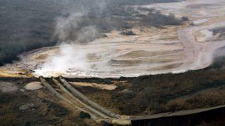 Des tuyaux provenant d'une fonderie de terres rares déversent de l'eau polluée dans un barrage près de Baotou dans la région chinoise de Mongolie intérieure