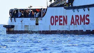 کشمکش سیاسی در ایتالیا مانع از پهلوگیری کشتی حامل پناهجویان شد