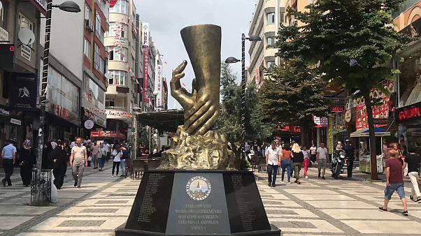 Marmara depreminde hayatını kaybedenler için Avcılar'da yapılan anıt