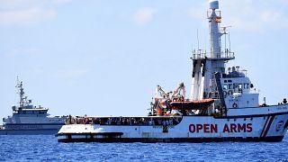 """Κομισιόν: Ο αποκλεισμός ανθρώπων στη θάλασσα δεν είναι """"βιώσιμη λύση"""""""