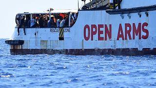Open Arms: 5 migranti si gettano in mare, la Spagna offre un porto