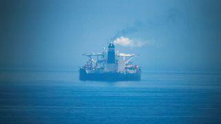 La petroliera iraniana sembra allontanarsi nella foschia di Gibilterra.