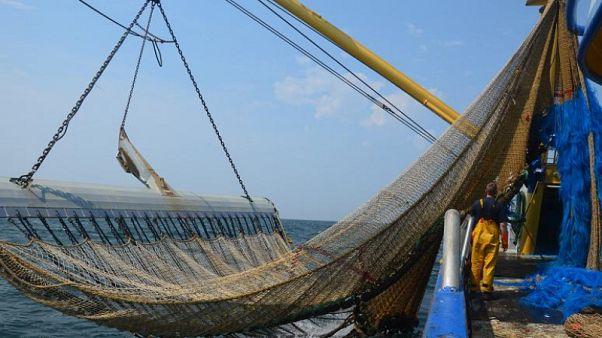 La pêche électrique boutée hors de France