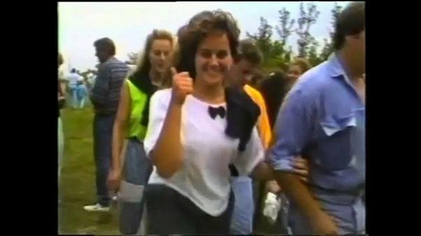 Una ragazza della Germania Est felice di attraversare il confine tra Ungheria e Austria. Chissà se è ancora felice, 30 anni dopo...