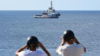 معركة سياسية متواصلة في إيطاليا بشأن سفينة المهاجرين العالقة قبالة سواحلها