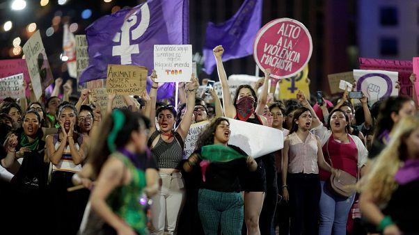 شاهد: المكسيكيات يتظاهرن احتجاجا على اغتصاب عناصر من الشرطة فتيات قاصرات