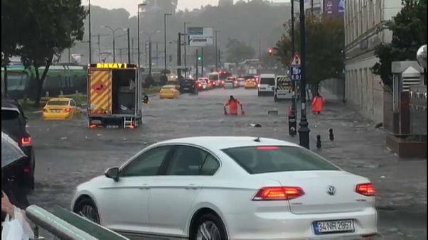 İstanbul'u 17 Ağustos'ta sağanak vurdu: Eminönü sular altında, alt geçitte 1 kişinin cesedi bulundu