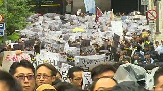 Hong Kong, in piazza gli insegnanti e la Cina schiera l'esercito