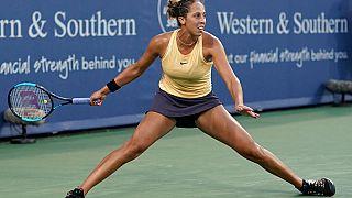 """Esercizio di """"spaccata"""" per Madison Keys."""