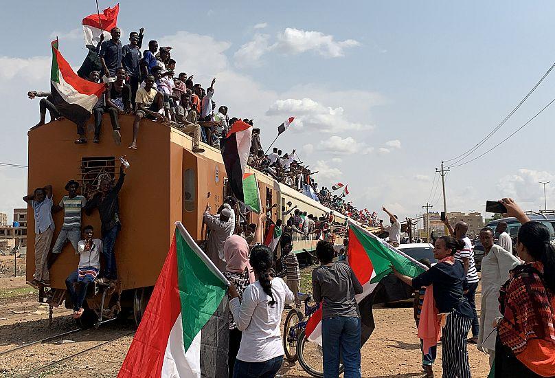 Accordo in Sudan tra militari e opposizione per la transizione democratica