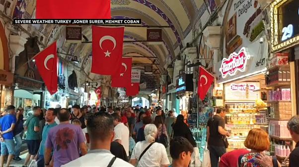 شاهد: الأمطار تتسبب في مقتل شخص وتشل حركة النقل في إسطنبول