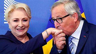Jean-Claude Juncker galante con Viorica Dancila, primo ministro della Romania. (Bruxelles, 4.6.2019).