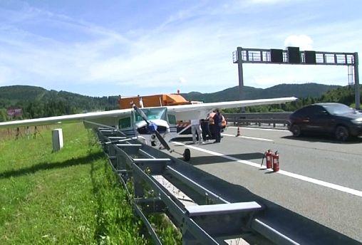 Hırvatistan'ın başkenti Zagreb yakınlarında bir uçak otoyola acil iniş yaptı
